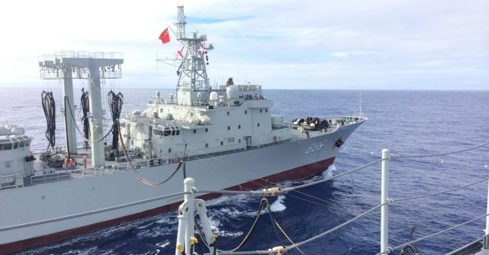 3.abr.2014 - O navio chinês realiza busca aos destroços do avião desaparecido da Malaysia Airlines no sul do Oceano Índico