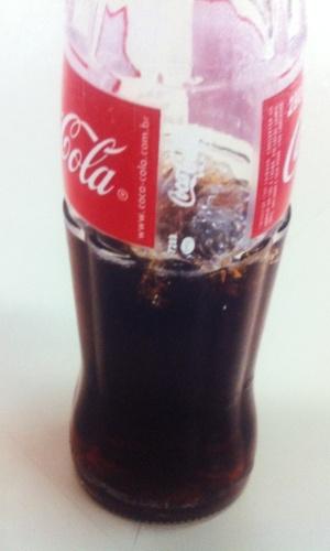 """3.abr.2014 - """"Um corpo estranho assemelhado a um plástico"""" encontrado em uma garrafa de vidro de 290 mililitros de Coca-Cola gerou uma indenização de R$ 15 mil a um consumidor de Belo Horizonte. O objeto não foi identificado. A sentença foi em primeira instância e cabe recurso"""