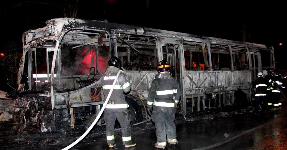 3.abr.2014 - Ônibus da linha verde é incendiado na avenida Cantidio Sampaio, zona norte de São Paulo (SP)