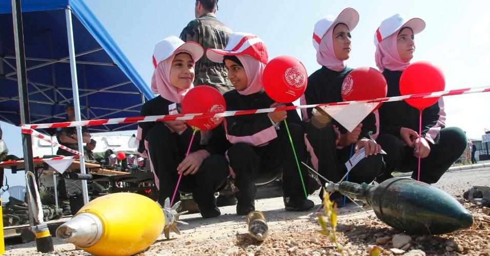 4.abr.2014 - Estudantes do Líbano participam de campanha para aprender a identificar minas e bombas não detonadas, na cidade de Naqoura. A ação foi promovida pela Força Interina das Nações Unidas no Líbano