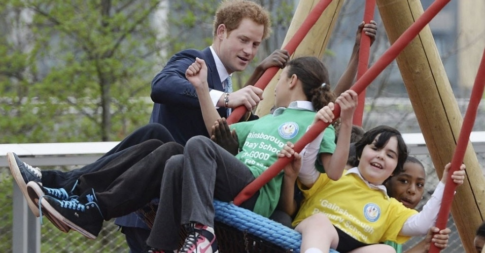 4.abr.2014 - O príncipe Harry brinca com crianças em idade escolar no parque rainha Elizabeth 2ª , em Londres, Inglaterra