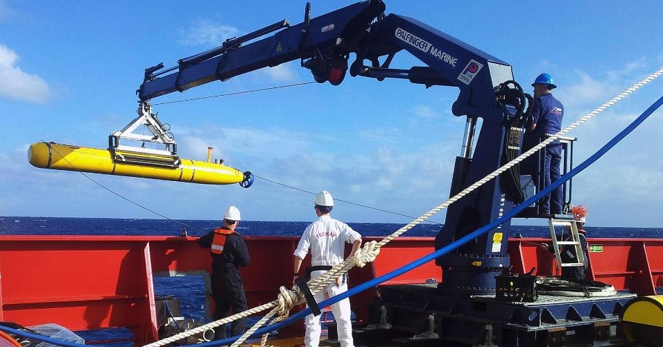 4.abr.2014 - O veículo submarino autônomo Bluefin 21 é içado de volta ao navio australiano Ocean Shield após teste bem sucedido de flutuabilidade no sul do Oceano Índico