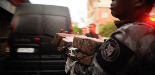 Um dia antes da ocupação das tropas federais no complexo de favelas da Maré, na zona norte do Rio de janeiro, policiais revistaram nesta sexta-feira (4) carros, moradores e encontraram grande quantidade de drogas e armas. O governo do Estado autorizou a entrada das tropas do Exército no Complexo da Maré
