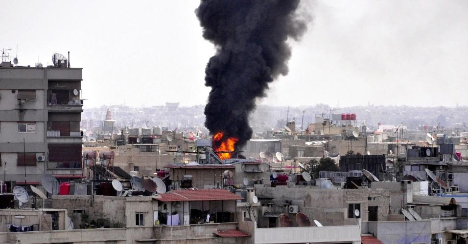 5.abr.2014 -Imagem disponibilizada pela Sana, agência de notícias árabe da Síria, mostra fumaça em prédios após ataques de forças rebeldes na capital Damasco (Síria). Morteiros foram disparados em várias áreas da capital. Em todo o país, segundo ativistas contrários ao regime vigente, 40 pessoas morreram