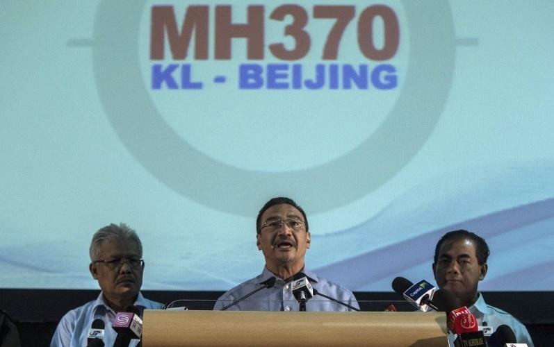 5.abr.2014 - O ministo da defesa da Malásia, Hishammuddin Hussein (ao centro), anunciou em entrevista coletiva em Kuala Lumpur, na Malásia, na sexta-feira (4), que as buscas subaquáticas pelo voo desaparecido da Malaysia Airlines vão continuar