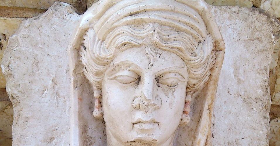 6.abr.2014 - Foto de divulgação liberada pelo Sana (agência árabe de notícias da Síria) neste domingo (6) mostra o busto de uma mulher que foi achado na cidade de Homs. Segundo a agência, o busto foi roubado por rebeldes contrários ao governo e que a obra foi feita há mais de 2.000 anos