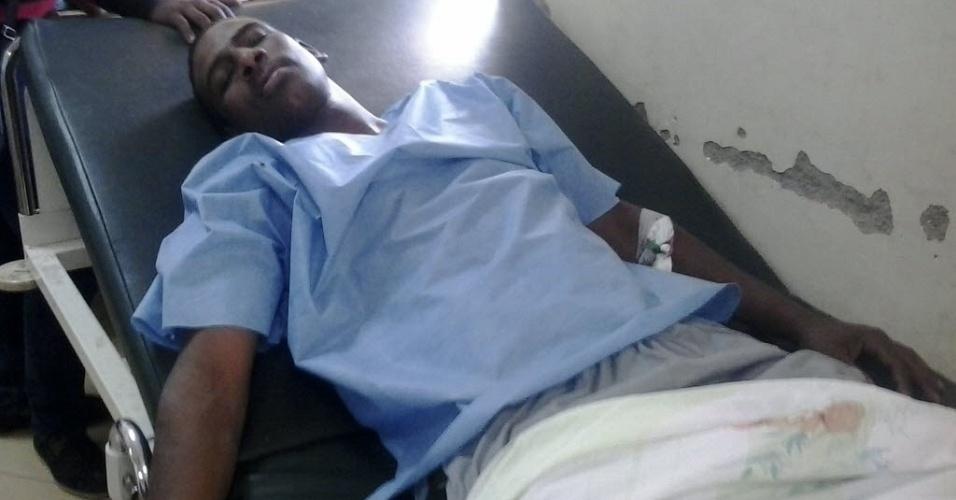 6.abr.2014 - Homem ferido é colocado em uma maca de hospital após confronto entre famílias rivais em Aswan, no Egito, ocorrido no sábado (5). Pelo menos 23 pessoas morreram por conta do conflito entre um grupo da etnia Núbia e a outro do clã árabe Beni Helal, segundo autoridades locais