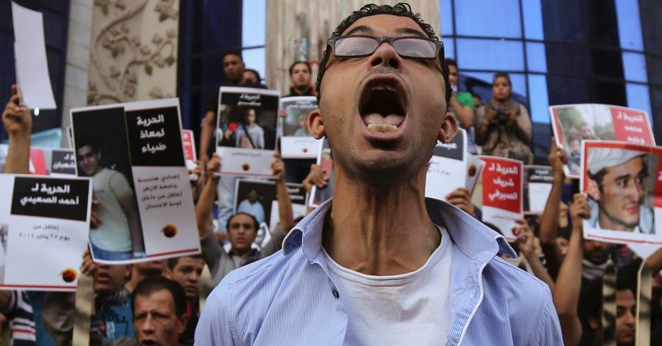 6.abr.2014 - Membros do movimento jovem 6 de abril protestam contra o governo vigente no Egito após forças policiais terem prendido vários manifestantes. O movimento foi criado em 2008 e participou ativamente da primavera árabe, responsável por tirar do poder Hosni Mubarak, presidente do Egito por 30 anos
