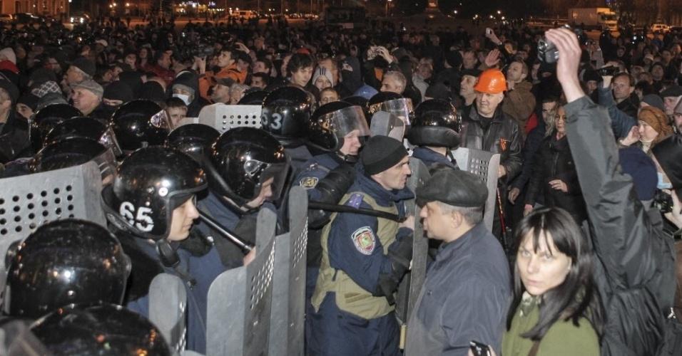 6.abr.2014 - Policiais bloqueiam manifestantes pró-Rússia durante um comício em Kharviv, na Ucrânia, neste domingo (6). Kharviv foi a terceira cidade onde se levantaram protestos de militantes pró-Rússia no país