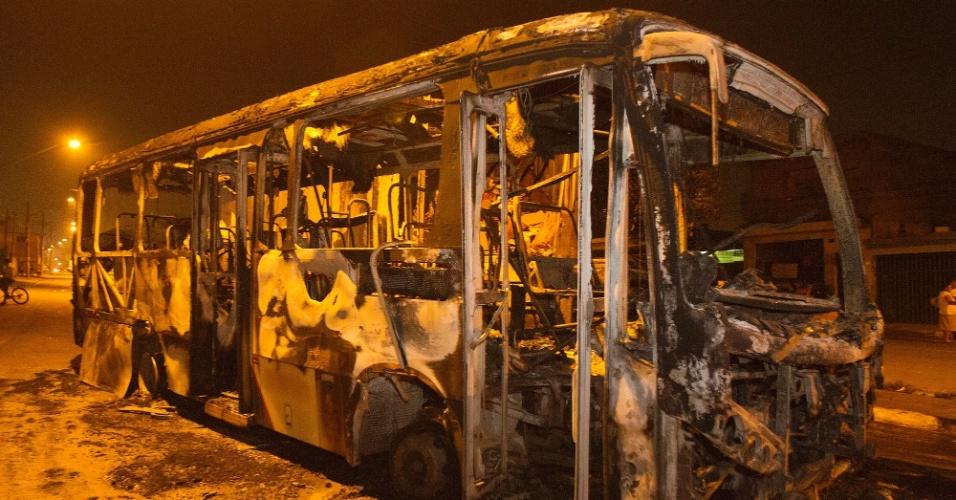 7.abr.2014 - Foto divulgada nesta segunda-feira (7) mostra um dos dois ônibus incendiados em Sapopemba, zona leste de São Paulo. Um caminhão também foi parcialmente incendiado, após a Polícia Militar balear um suposto assaltante durante uma ocorrência