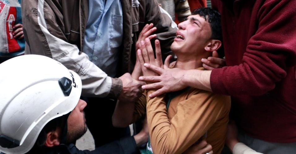 8.abr.2014 - Homem é consolado após ataque aéreo de forças leiais do governo de Bashar al-Assad na cidade de Aleppo (Síria). Mais de 140.000 pessoas foram mortas na Síria desde o início da revolta, em março de 2011, contra os 40 anos de mando da família Assad