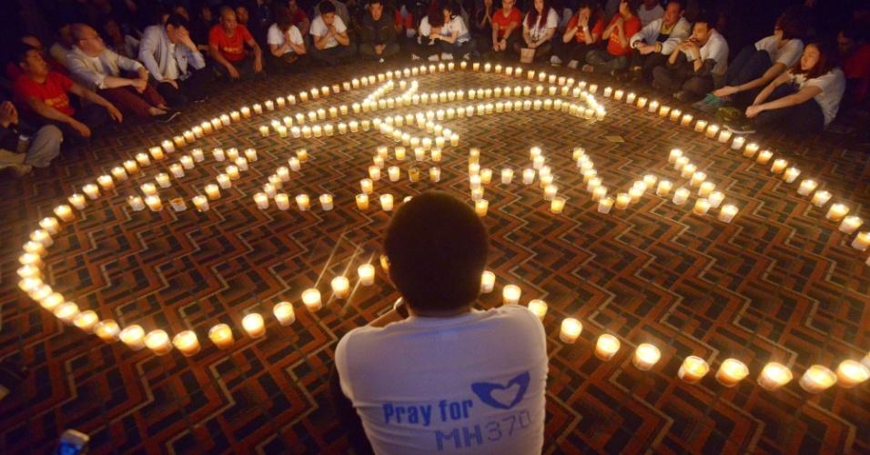 8.abr.2014 - Parentes chineses de passageiros que estavam no voo MH370 participam de um culto de oração no Hotel Metro Park em Pequim, nesta terça-feira (8)