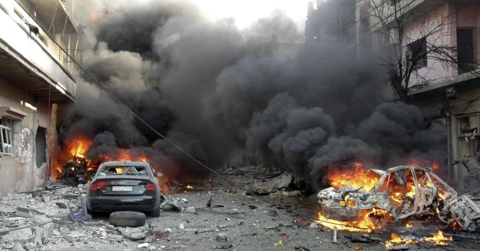 9.abr.2014 - Ao menos quatro pessoas morreram nesta quarta-feira (9) após a explosão de dois carros-bomba na cidade de Homs, na Síria. De acordo com o Observatório Sírio de Direitos Humanos, o número de mortos pode aumentar, devido à gravidade da situação de alguns feridos