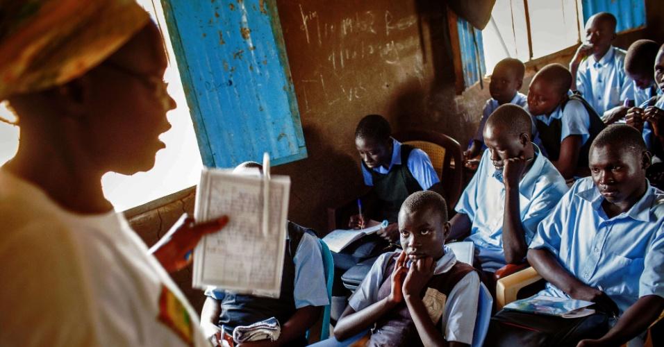 9.abr.2014 - Estudantes participam de aula de inglês em uma escola primária de Juba, no Sudão do Sul. Por conta de conflitos recentes no país, muitos professores ficaram meses sem receber pagamento