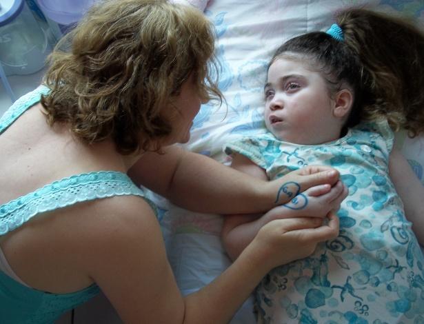 Gabriela Pallin e sua mãe, Luciana. A família da menina está realizando uma campanha para arrecadar dinheiro e custear a quinta fase de um tratamento experimental com células-tronco no Peru