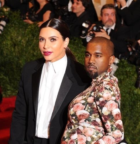 O site americano ?Buzzfeed? resolveu trocar o rosto de celebridades utilizando software editor de imagem. Na imagem, a socialite americana Kim Kardashian e o rapper Kanye West