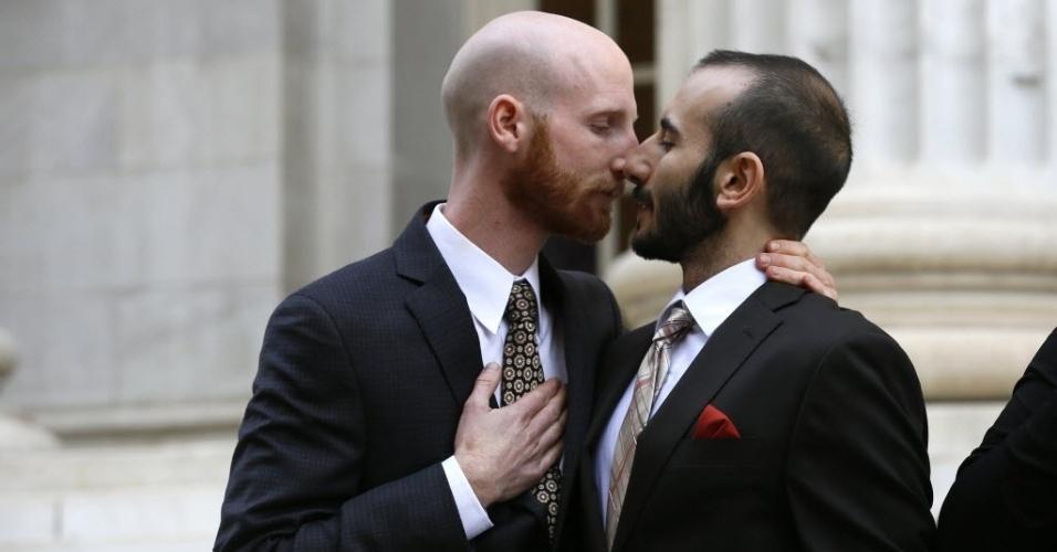 10.abr.2014 - Casal gay se abraça fora do tribunal depois que a corte foi apresentada aos argumentos contra a lei que visa proibir que homossexuais se casem no Estado de Utah, nos Estados Unidos