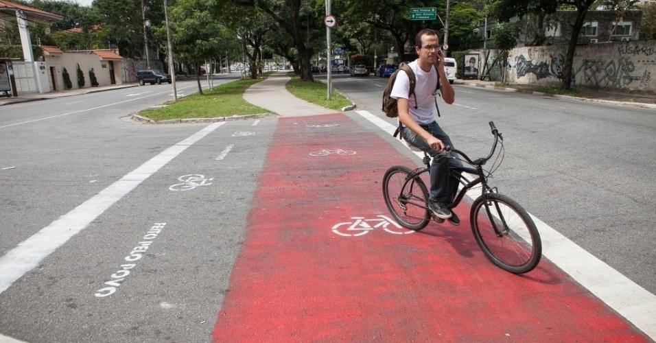 10.abr.2014 - Ciclistas pintaram uma faixa para aumentar a própria segurança na avenida Pedroso de Morais, na zona oeste de São Paulo. Apesar de não ser oficial, a sinalização tem sido respeitada por motoristas