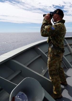 10.abr.2014 - Membros da Marinha australiana fazem buscas pelo avião da Malaysia Airlines, desaparecido desde o dia 8 de março, no Oceano Índico