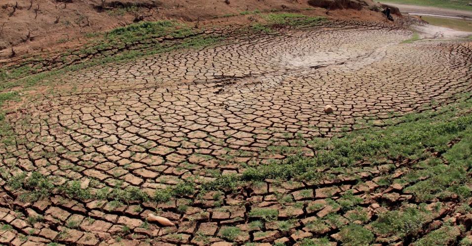 10.abr.2014 - O índice do volume de água armazenado na represa Jaguari-Jacareí, no Sistema Cantareira, na cidade de Vargem, no interior de São Paulo, registrou 11,96% da capacidade total dos seus reservatórios