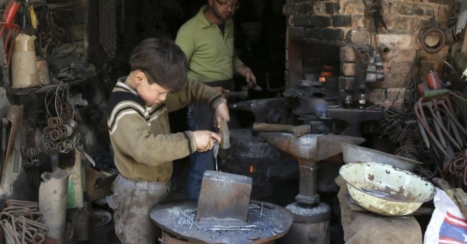 10.abr.2014 - Um garoto trabalha em uma loja na parte antiga de Aleppo, na Síria, nesta quinta-feira (10)