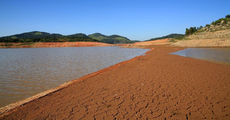 8.abr.2014 - A represa Jaguari-Jacareí, na cidade de Vargem, interior de São Paulo e divisa com o sul de Minas Gerais, faz parte do Sistema Cantareira. O índice que mede o volume de água armazenado nos reservatórios do Sistema bateu novo recorde negativo na terça-feira (8). Segundo dados da Sabesp, o nível das reservas recuou 0,2 pontos porcentuais, chegando a 12,7%. Há um ano, o Cantareira contava com 62,8% da capacidade, volume de água quase cinco vezes superior ao atual