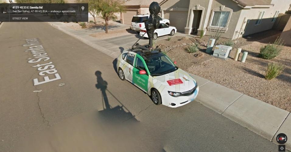 Carro do Street View flagra outro veículo do Google fora de serviço. Repare que as câmeras (na parte superior do carro) estão todas cobertas