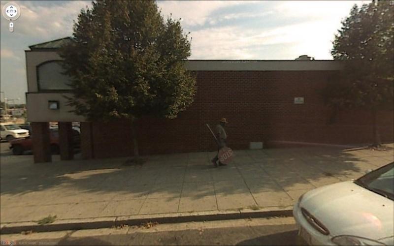 Crime? Um homem foi flagrado carregando uma placa de trânsito nos Estados Unidos