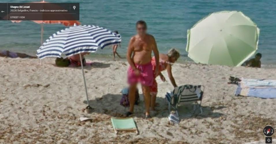 De propósito (ou não), homem faz gesto indecente durante passagem do carro do Street View em praia francesa