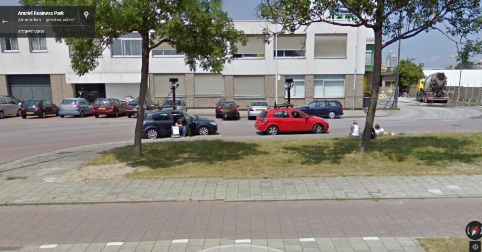 Em Amsterdã (Holanda), um carro do Street View conseguiu fotografar outros dois veículos do serviço, enquanto seus motoristas descansam