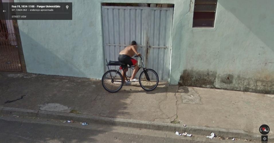 Em São Paulo (SP), garoto é flagrado espiando o portão de uma casa