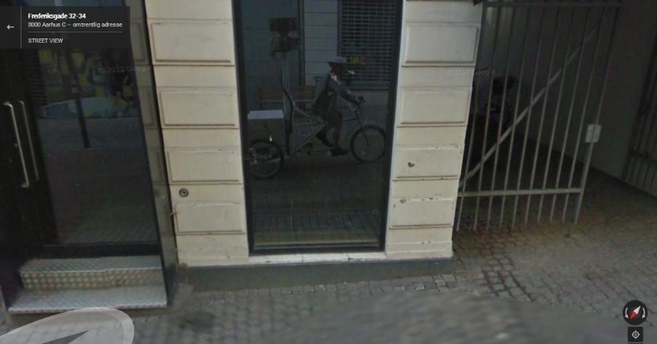 Enquanto capturava imagens de Copenhague (Dinamarca) com uma bicicleta do Google, o condutor (de propósito ou não) acabou tirando um selfie (autorretrato)