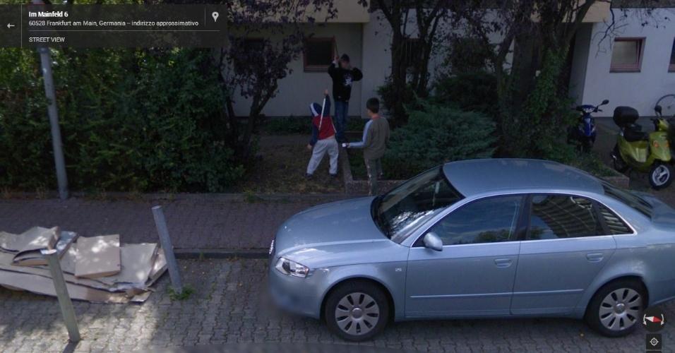 Garotos de Frankfurt (Alemanha) são capturados pelo Street View enquanto fazem uma guerra de espadas