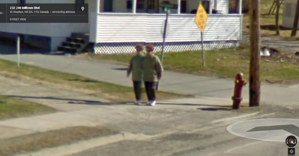Gêmeas siamesas? Provavelmente, não. Aparentemente, houve algum problema ao juntar as imagens captadas nessa localidade qeu fez uma pessoa parecer que são duas
