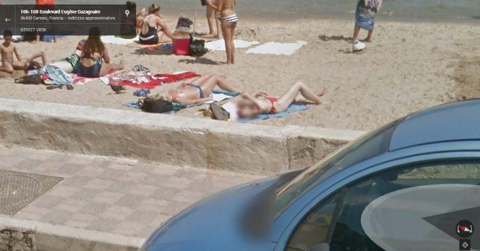Mulheres são flagradas fazendo topless em Cannes, na França