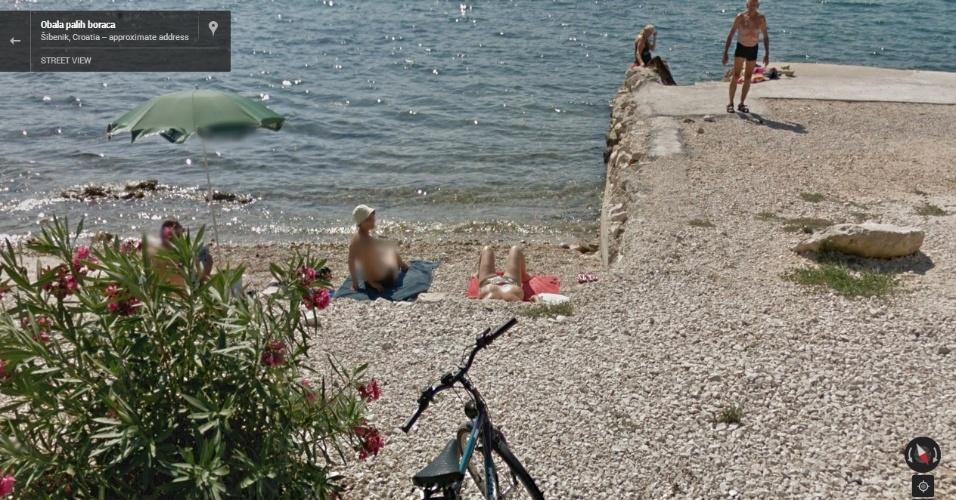 Mulheres são fotografadas fazendo topless em praia na Croácia