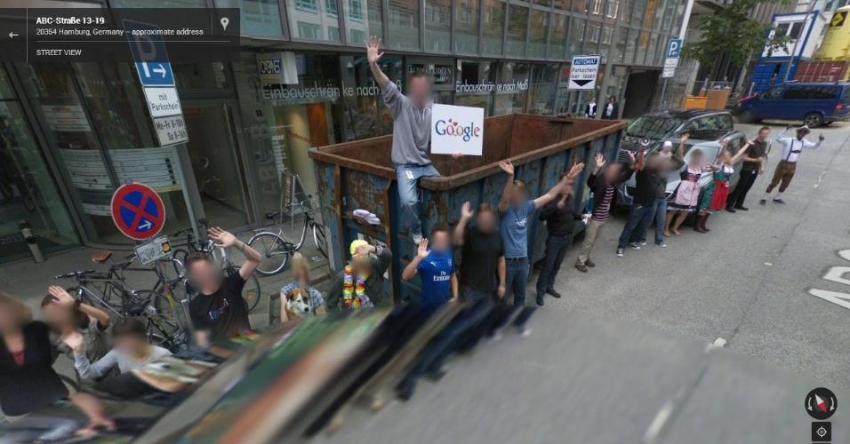 Na cidade de Hamburgo (Alemanha), várias pessoas (provavelmente funcionários do Google) saúdam a presença do carro do Street View. Imagine quanto tempo o rapaz em cima da caçamba ficou aguardando pela passagem do veículo...