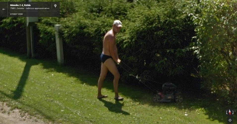 Na Estônia, um homem foi flagrado aparando a grama de sunga. Quem nunca?