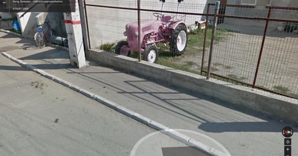 Na Romênia, por algum motivo, há alguém com um veículo usado na agricultura de cor rosa