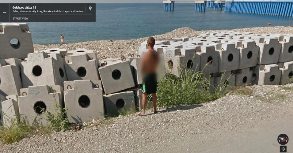 Na Rússia, homem é flagrado urinando enquanto olha para o mar