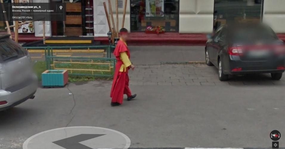Na Rússia, o Street View flagrou um rapaz andando pelas ruas de Moscou com uma roupa que parece chinesa