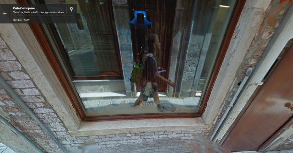 Nas ruas de Veneza (Itália), um homem com a mochila Trekker (uma versão portátil do conjunto de câmeras do Street View) acabou tirando um selfie (autorretrato)