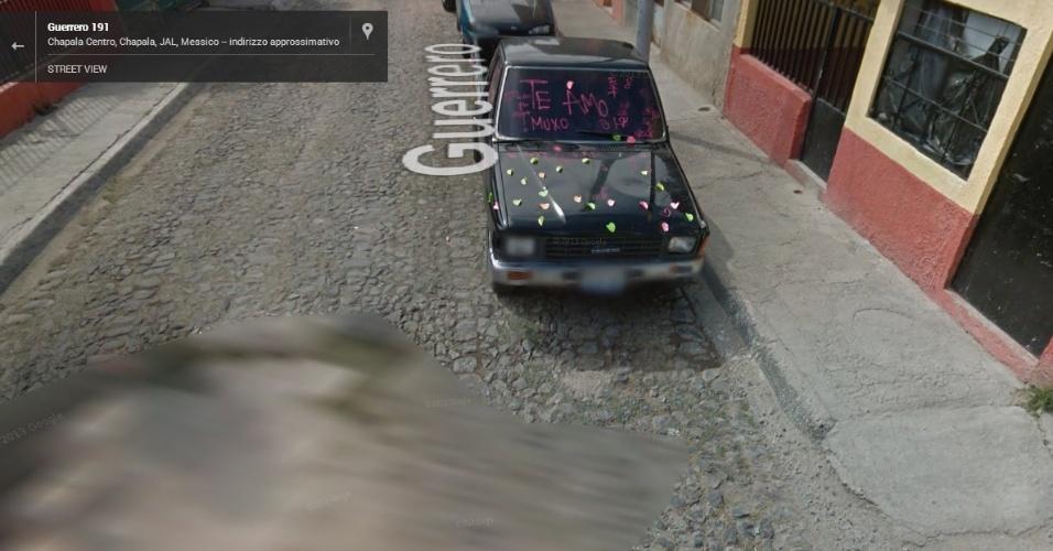 """O Google Street View já flagrou até declarações de amor. Nessa acima, registrada no México, uma pessoa se declarou escrevendo """"te amo"""" no vidro carro"""
