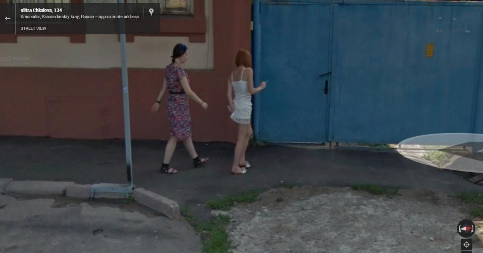 O Street View não perdoa. A moça russa acabou saindo na foto bem na hora em que coçava a bunda