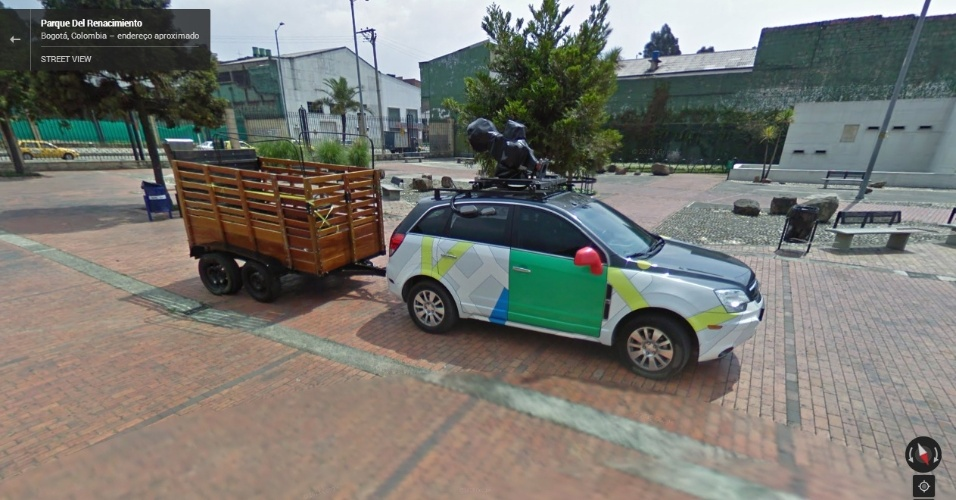 Suposto carro do Street View é flagrado em Bogotá (Colômbia) carregando uma caçamba