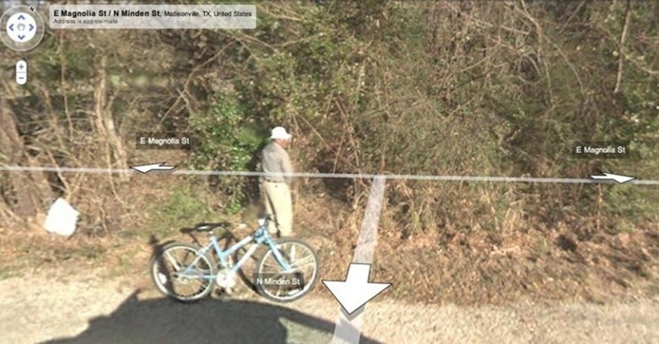 Um senhor foi flagrado no Texas (Estados Unidos) enquanto fazia xixi na beira da estrada