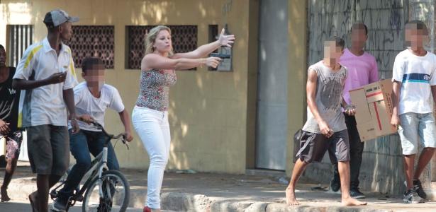 Policial à paisana sai de seu carro com uma arma na mão para conter um grupo de suspeitos