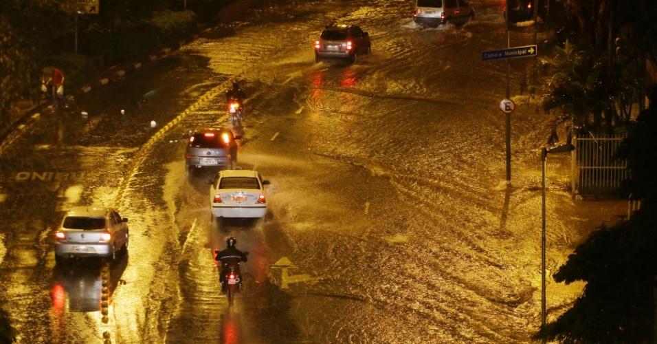12.abr.2014 - Chuva alaga avenida Nove de Julho, próximo à praça da Bandeira, no centro de São Paulo, na noite deste sábado (12)