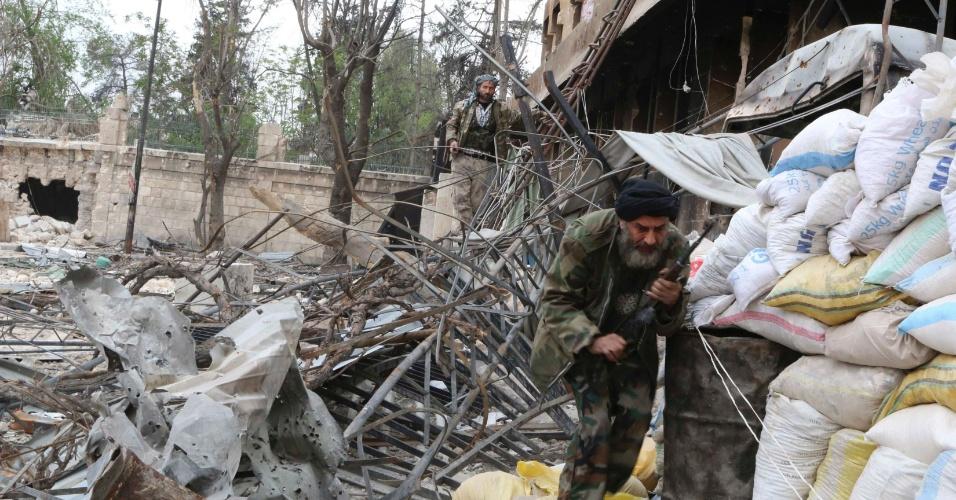 12.abr.2014 - Integrante do Exército Livre da Síria, que se opõe ao governo de Bashar al-Assad, caminha em meio a escombros na cidade de Aleppo