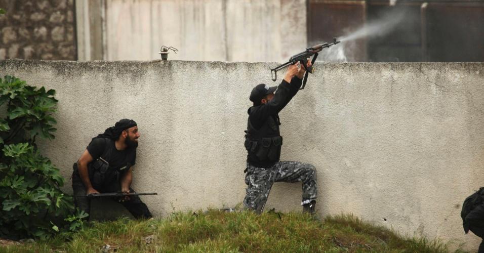 12.abr.2014 - Rebelde islâmico sírio atira contra forças leais ao governo de Bashar al-Asad em Aleppo